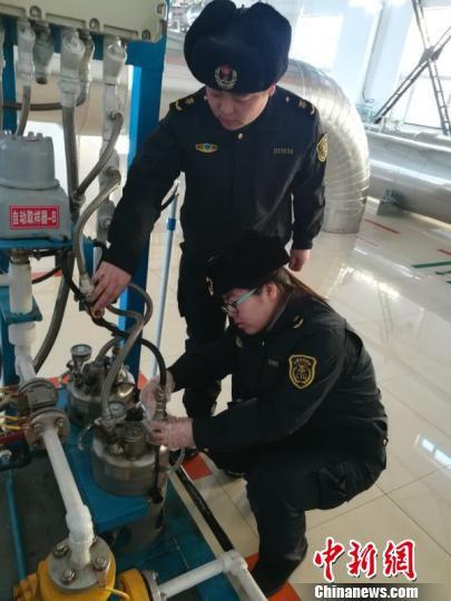 2018年农历春节期间,黑龙江出入境检验检疫局漠河办事处工作人员共检验入境原油8个批次,监管原油合计60余万吨。 李国军 摄