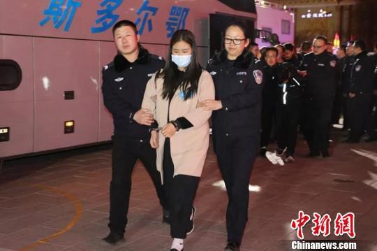 图为犯罪嫌疑人被押解回东胜。警方供图