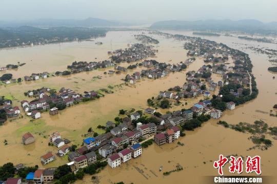 龙头村洪水漫过两岸河堤,村庄仍是一片汪洋。 杨华峰 摄