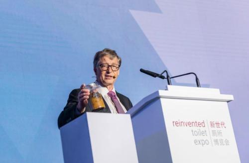 图为微软创始人比尔·盖茨在厕所博览会上演讲。 主办方供图