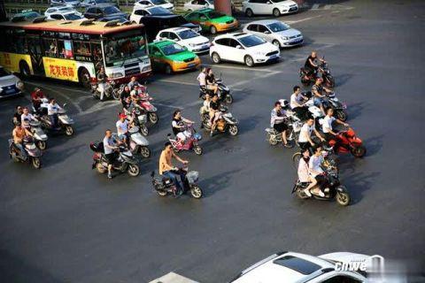 骑车戴了头盔为啥还要罚?西安交警:因违反了这些交通法规