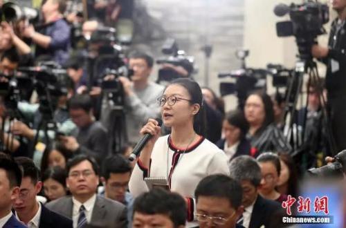 图为记者在十三届全国人大一次会议新闻发布会上提问。 <a target='_blank' href='http://www.chinanews.com/'>中新社</a>记者 韩海丹 摄