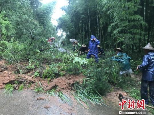 图为江西省抚州市黎川县熊村镇公路发生泥石流,乡村干部正在抢修道路。 钟欣 摄