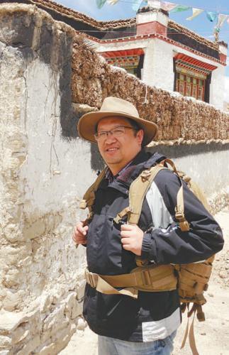 2013年7月,钟扬在西藏日喀则采样路上。   冯 艾摄