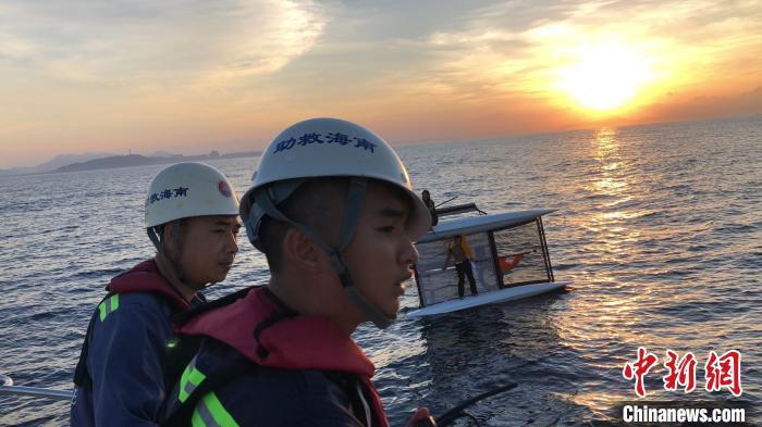 两名帆船爱好者三亚出海被浪打翻漂流17小时终获救-大河网