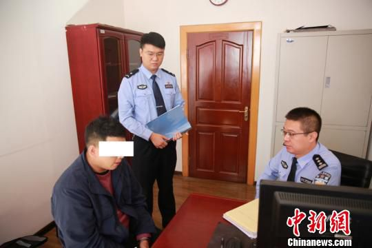图为警方审问犯罪嫌疑人。(哈尔滨交警提供)