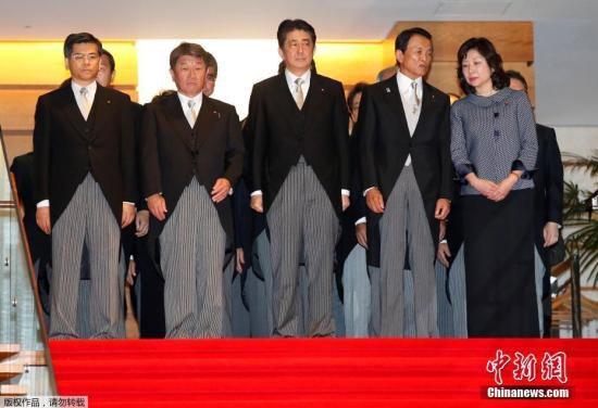 当地时间8月3日,日本东京,日本首相安倍晋三和新任内阁成员集体亮相。