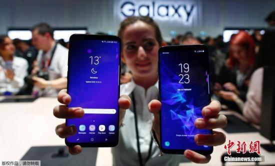 当地时间2月26日,2018年世界移动通信大会在西班牙巴塞罗那举行,多家手机厂商展出了自家的旗舰新品。图为三星的新款S9+及S9手机。