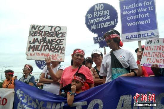 1月12日,菲律宾多个民间团体在日本驻菲大使馆前举行集会抗议活动,要求日本政府向慰安妇受害者正式道歉、赔偿。图为参加集会抗议的人群。1月12日至13日,日本首相安倍晋三对菲律宾进行正式访问。<a target='_blank' href='http://www.chinanews.com/'>中新社</a>记者 张明 摄