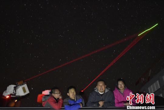 """参与实验的科研工作者在阿里地面站,照片背景就是与""""墨子号""""进行星地对接。 中科大/供图 摄"""