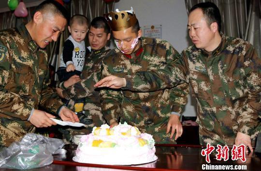 2月14日,一名新入伍战士在晚会上度过了军旅生涯的第一个生日。 王友波 摄