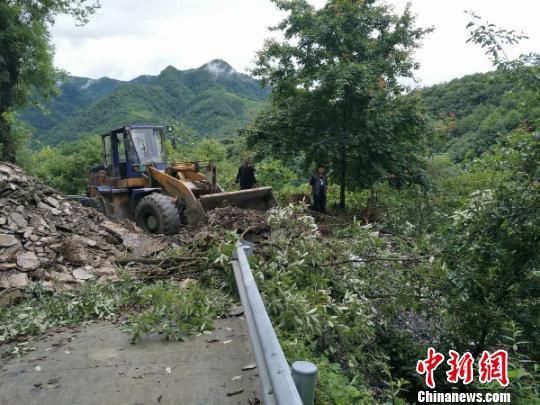 机械设备清理塌方路段。平武宣传部提供
