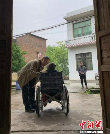 侵华日军南京大屠杀遇难同胞纪念馆馆长探望慰问老人。 刘广建 摄