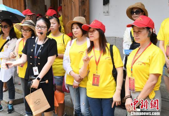 台湾营员们参观福州三坊七巷,感受福州的历史文化。 记者刘可耕 摄