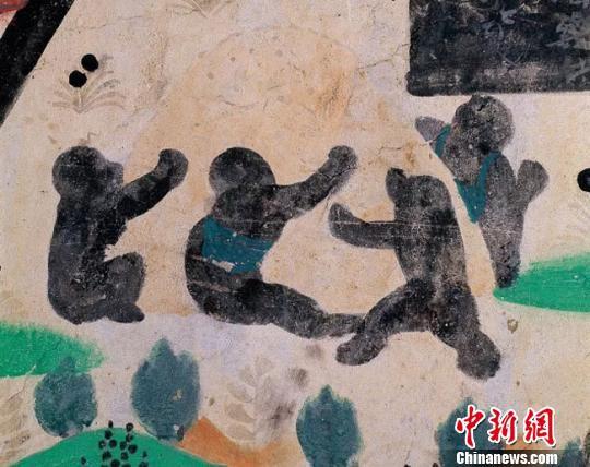 """敦煌壁画中保留了丰富的儿童游戏图像,还原了中古时期儿童嬉戏的生动场景。图为盛唐莫高窟第23窟""""聚沙为戏""""。(资料图)敦煌研究院供图"""