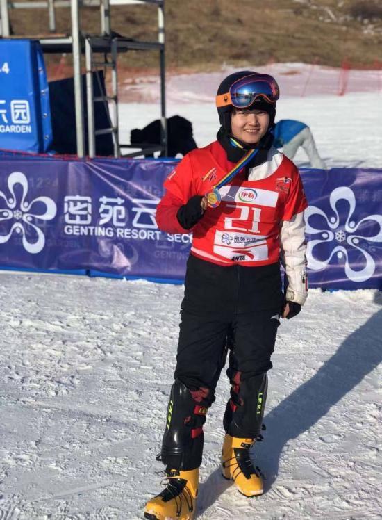 中国雪上项目新历史!宫乃莹首夺平行回转世界
