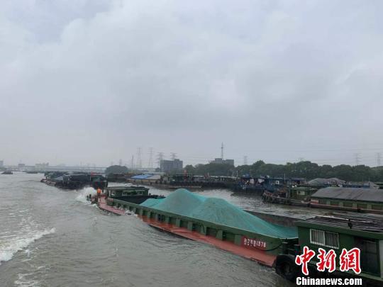大运河上的货运船舶。 张斌 摄