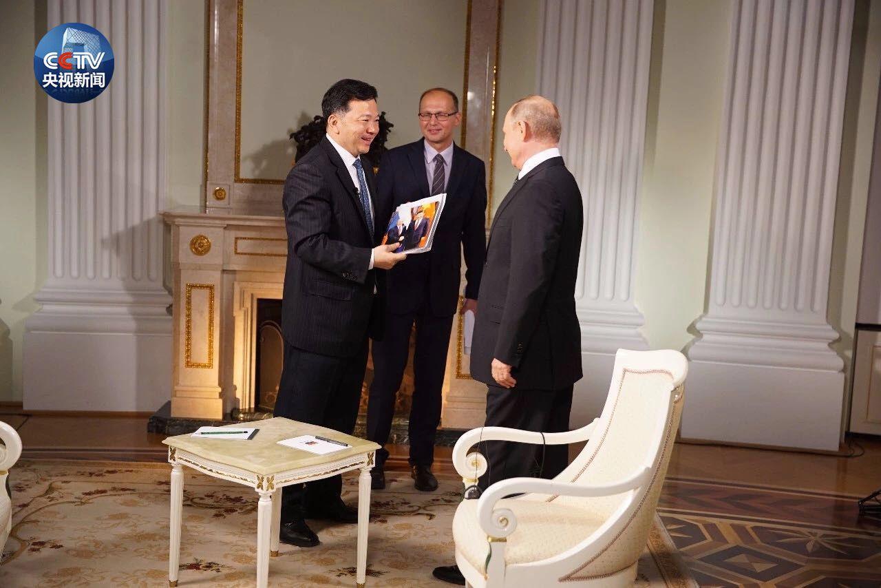 最好用的彩票软件app:【微视频】这是一份来自普京总统的礼物_带签名的