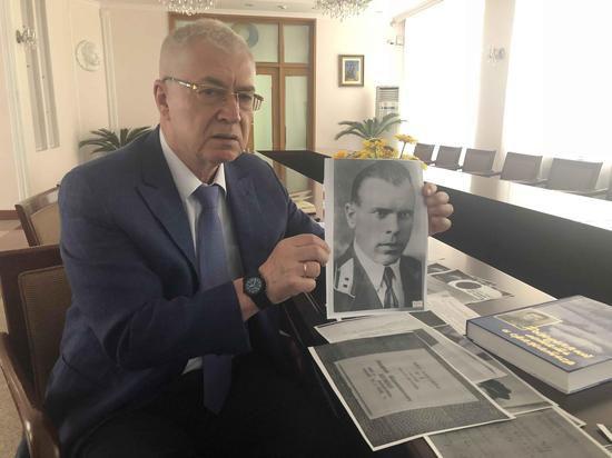 乌克兰驻华大使奥列格・焦明向记者展示乌克兰飞行员舒曼的照片