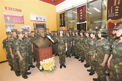官兵在军史馆烈士展厅学习陈大桂的英雄事迹。