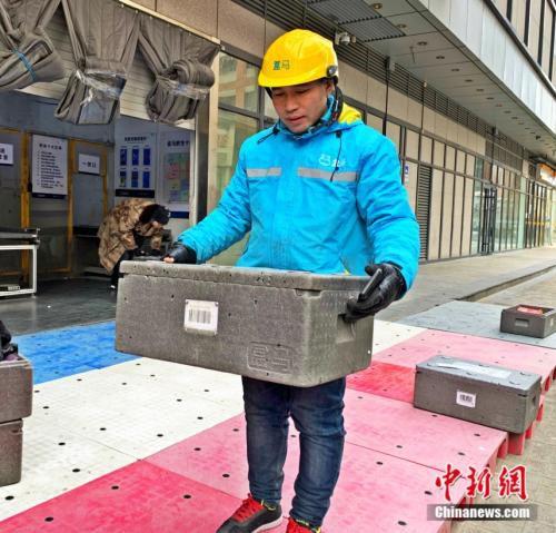 刘福龙正在送件。 杨雨奇 摄