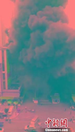 达州好一新商贸城负一楼火灾现场。 钟欣 摄