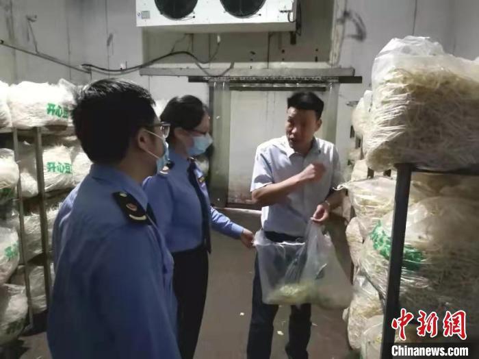 松江市场监管局查处上海开心蔬菜有限公司。 上海市场监管局 摄