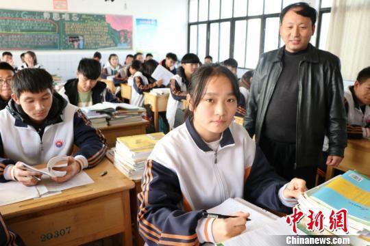 """江苏东海""""最美女孩""""林紫腾在课堂上。 李知军 摄"""