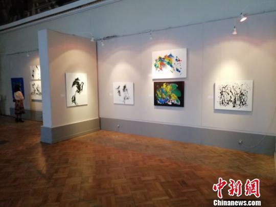 王洪俊个人画展近日在圣彼得堡俄罗斯艺术科学院科研博物馆启幕。 苏航 摄