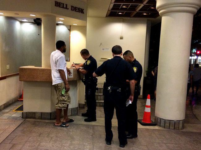 澳门mg电子游艺:夏威夷4名警察被控强迫一名男子喝尿_FBI介入调查