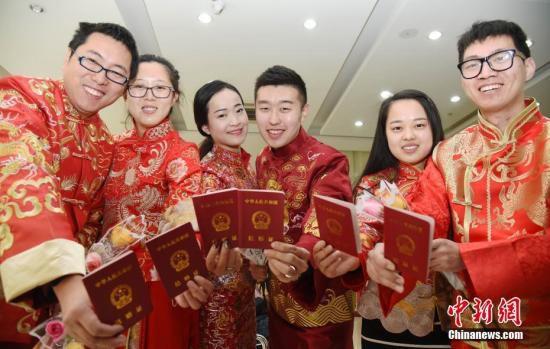 图为新人们一同展示结婚证。<a target='_blank' href='http://www.chinanews.com/'>中新社</a>记者 翟羽佳 摄