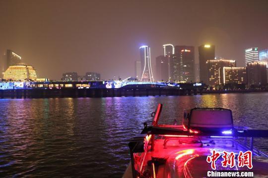 从杭州水警K01艇看杭州市城市阳台。 张斌 摄