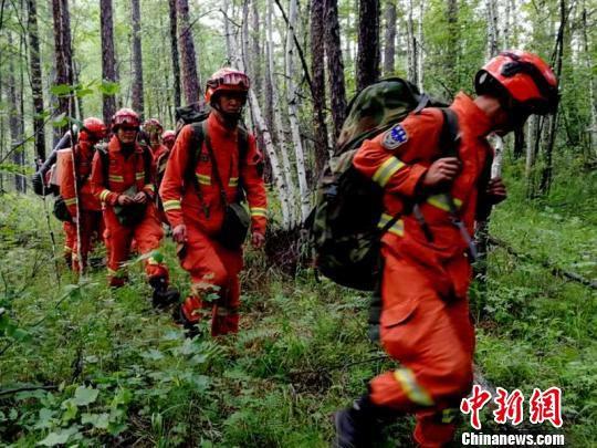 图为消防指战员徒步行进。 刘磊 摄