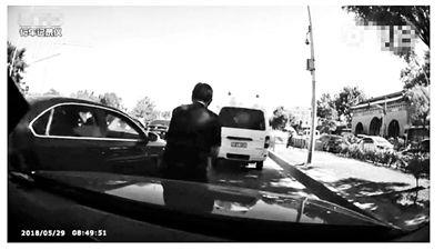 澳门银河线上网址:女子开车进医院遭人肉加塞:对方直接坐上发动机盖