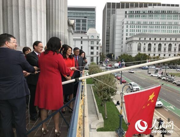 旧金山市长布里德女士(右)同中国驻旧金山总领事王东华(左二)一起升挂五星红旗。