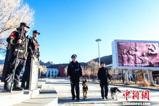 拉萨车站派出所民警惠旭东与见习民警易楠携犬在车站广场巡逻。 胡安鹏 摄