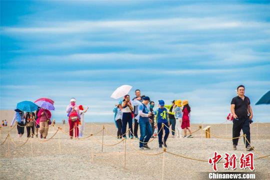 7月底至8月初,正值甘肃敦煌的旅游旺季,敦煌各大景区中外游客纷至沓来,雅丹魔鬼城更是人流如织。 王斌银 摄
