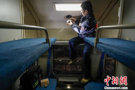 由于列车的喇叭都在车厢顶部,因此登高,攀爬成了临客广播安装工的基本功。 张亨伟 摄
