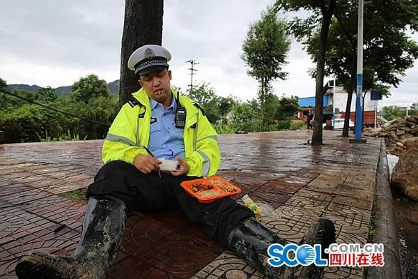 中国福利彩票网:端盒饭睡着走红的交警唐骥:当时以为坐在家里沙发上
