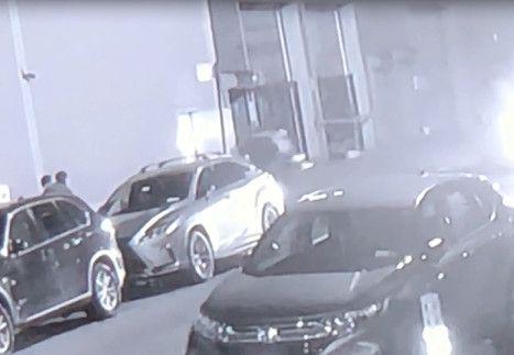 一人被两男子合力抬出店外。