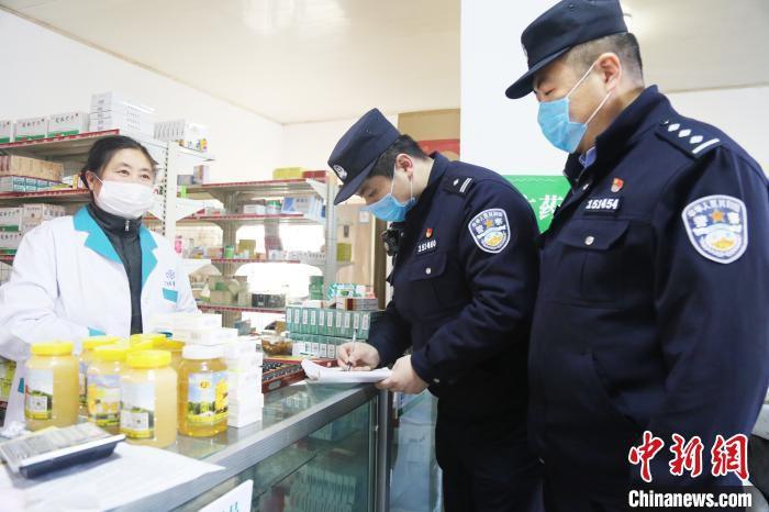 张凯在辖区走访,已累计走访10个村、居民310人次。 曲寓直 摄