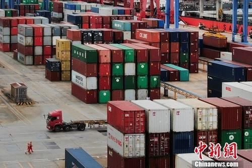 1月14日,中国海关总署发布的数据显示,据海关统计,马会2019第062期开奖结果2018年,中国外贸进出口总值30.51万亿元人民币,比2017年增长9.7%。图为航拍江苏连云港一处集装箱货运码头。(资料图片)<a target='_blank' href='http://www.chinanews.com/'>中新社</a>记者 泱波 摄