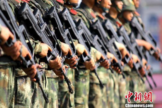 特战队员列整齐列队后,正在待考。 张川江 摄