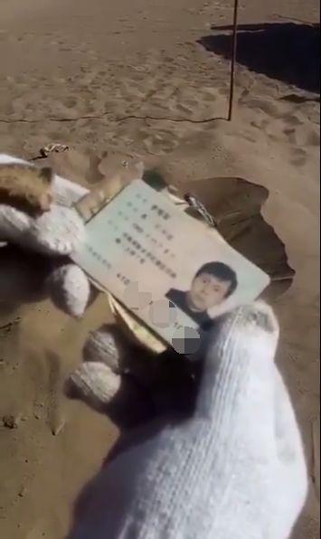 新疆鄯善库木塔格沙漠中,发现一具男性尸体,身份证信息显示该男子籍贯为河南新乡
