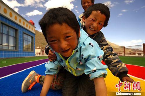 6月10至18日,西藏那曲市尼玛县荣玛乡实施生态搬迁,该乡牧民从海拔5000米左右的羌塘草原搬迁至海拔3800米的拉萨市堆龙德庆区。图为6月20日,牧民的孩子们在安置点新建的幼儿园内玩耍。<a target='_blank' href='http://www.chinanews.com/'>中新社</a>记者 江飞波 摄