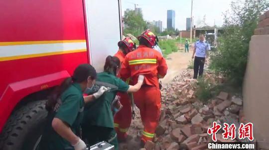 消防员推着急救手推车,引领救护人员穿过废墟。 视频截图 摄
