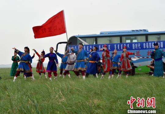 图为苏尼特右旗乌兰牧骑演员们演出现场。 翟璐 摄