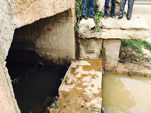 一遇强降雨,雨污合流箱涵中的污水便漫溢出来进入河道。