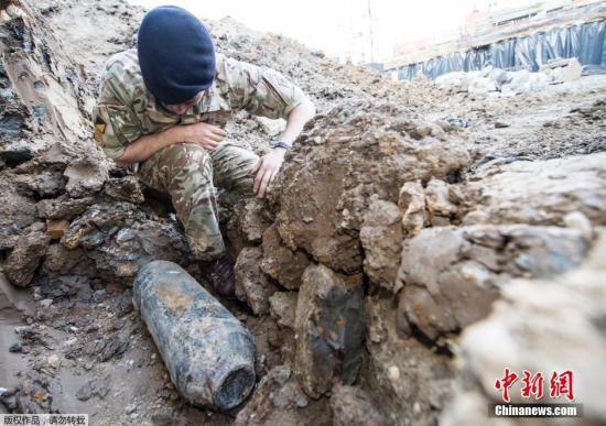 当地时间2015年5月22日,英国伦敦,温布利球场附近发现一枚二战时期遗留的德国炸弹。