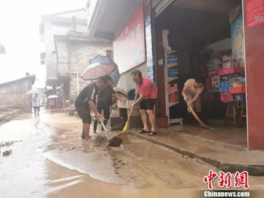 图为7月7日,江西省抚州市黎川县樟溪乡内涝严重,民房被淹。 钟欣 摄